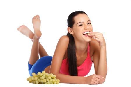 schöne Brünette Frau posiert mit Früchten im Studio Standard-Bild