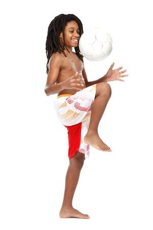 garcon africain: adolescent heureux avec la balle sur fond blanc Banque d'images