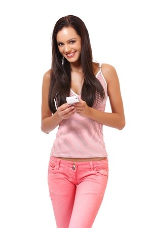 schöne junge Frau posiert mit Handy im Studio Standard-Bild