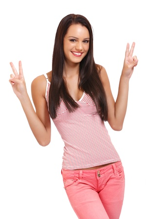 schöne junge Brünette Frau posiert auf weißem Hintergrund