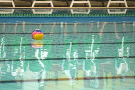 waterpolo: Waterpolo actie en apparatuur in een zwembad Redactioneel