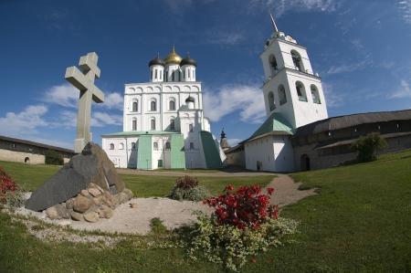 memorial cross: Veche zona vicino alle mura della Cattedrale della Trinit� a Pskov Cremlino e la croce commemorativa per l'anniversario 1100 di Pskov Archivio Fotografico
