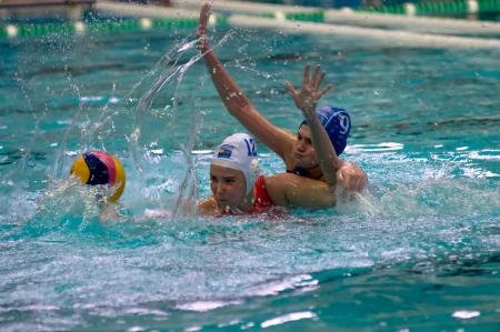 piscina olimpica: MOSCÚ - 23 de marzo: Los jugadores no identificados en la LEN Trophy acción semifinal en un partido de waterpolo entre SKIF CSP
