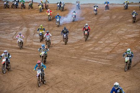 """super cross: MOSCÚ-OCTUBRE 10: Los atletas en la pista, clase """"moto"""", en la etapa 5 de la Cruz País XSR-MOTO.RU en Moscú, Park """"Velyaminovo""""; el 10 de octubre el año 2015"""