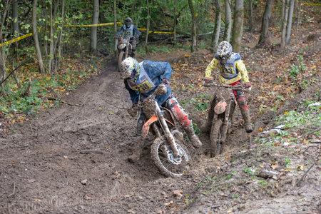 """super cross: MOSCU-10 de octubre: los pilotos no identificados en la pista, clase """"MOTO"""", en la etapa 5 del XSR-MOTO.RU Cross Country en Moscú, Park """"Velyaminovo""""; el 10 de octubre 2015"""