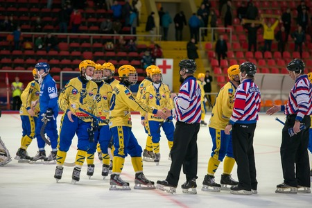 arbitros: MOSCOW - FEBRUARY 26, 2016: players greeting the referees at the end the Russian bandy league game Dynamo Moscow vs Sharp Krasnogorsk in sport palace Krilatskoe, Moscow, Russia. Dynamo won 9: 2