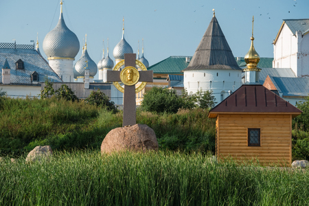 memorial cross: Summer view of The memorial cross and the chapel of Prince Vladimir on the Bank of lake Nero, not far from the medieval Kremlin in Rostov the Great as part of The Golden Rings group of medieval towns of the northeast of Moscow, Russia.