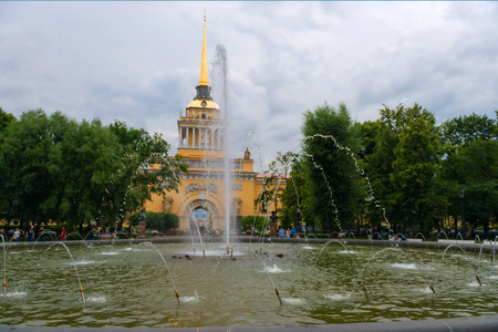 RUSSIA, SAINT PETERSBURG: Admiralty fountain in front of the Admiralty building, Alexandrovsky garden Stock Photo