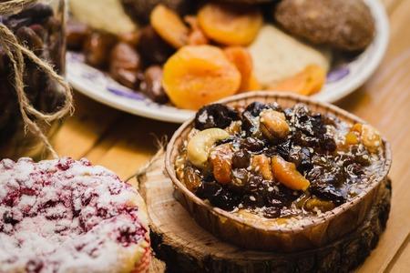 frutos secos: la composición de las galletas hogar con cerezas, nueces y frutos secos