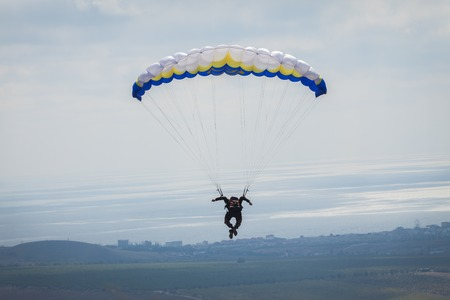Two paraglider fly to sea