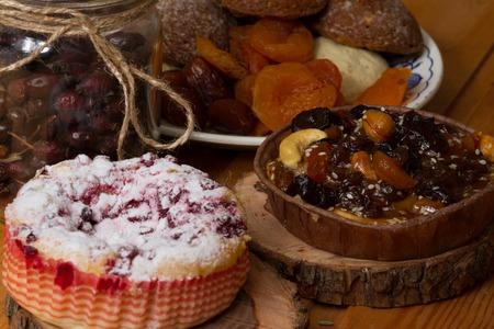 arándanos y pastel de pacana en el platillo de madera