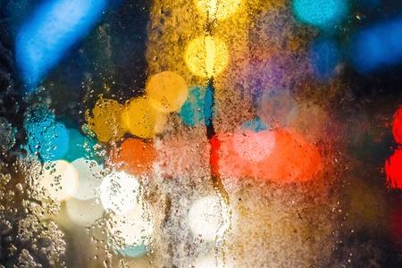 Regentropfen auf Fenster mit verschwommenem Hintergrund