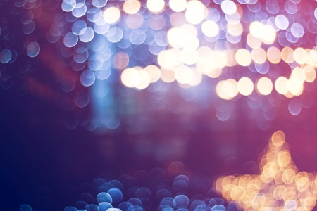 Blurry garlands with bokeh. Christmas lights in the windows Standard-Bild