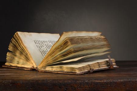 Altes geöffnetes Buch auf einem Tisch Standard-Bild - 47170748