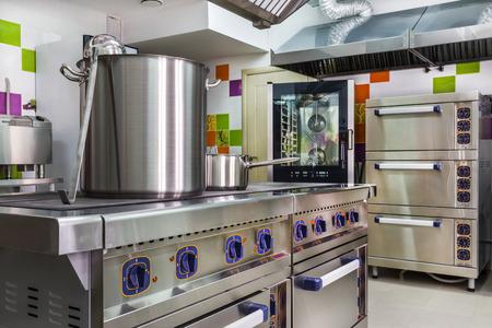 cocinas industriales: interior de la cocina en el cuidado infantil Foto de archivo