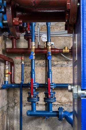 caños de agua: Las tuberías de agua en el sótano