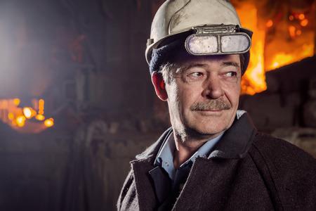 obrero trabajando: Trabajador de una f�brica metal�rgica