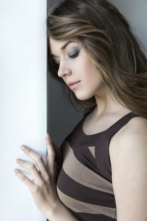 femme romantique: fille à la fenêtre triste