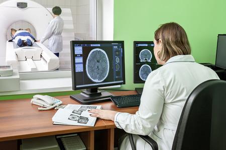 resonancia magnetica: Examen de imágenes por resonancia magnética
