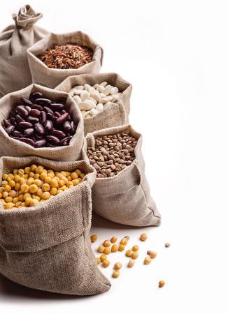 arroz blanco: Los cereales en bolsas en blanco Foto de archivo