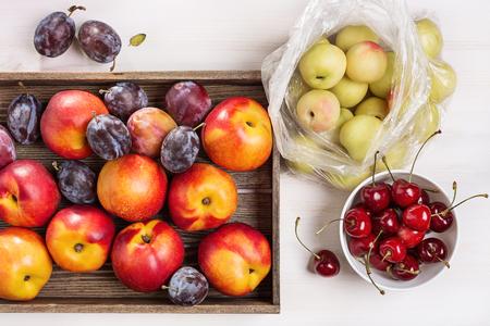 Plums, nectarines, cherries Standard-Bild - 117009128