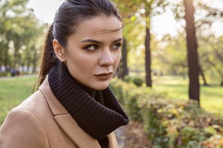 femme brune: Portrait d'une brunette dans un manteau