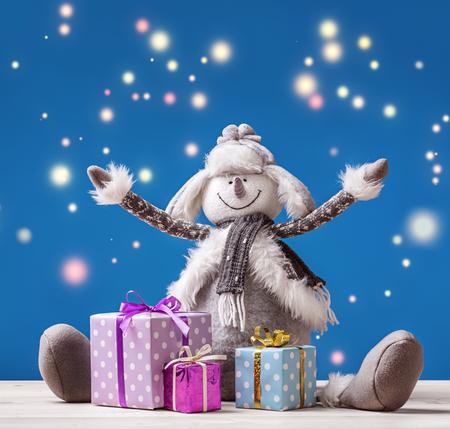 Boneco de neve alegre com presentes de Natal em caixas envia saudações de Ano Novo! Banco de Imagens