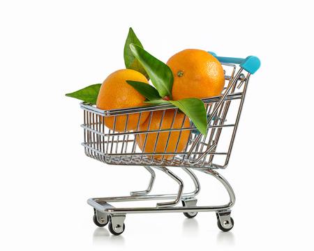 Carrinhos de supermercado com mandarins. Foto de archivo - 93064635