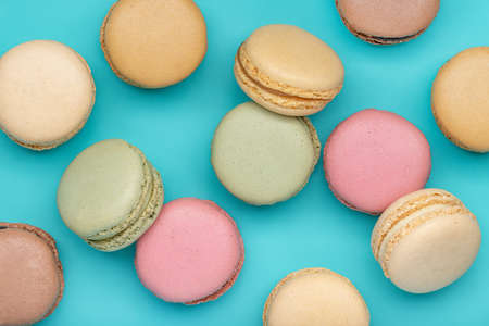 Macaroons, different colors on a dark blue background. Top view, close-up. Standard-Bild