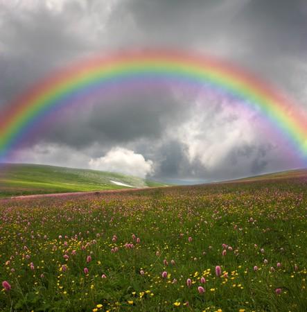 prisma: arco iris sobre fondo de cielo oscuro