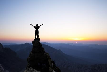 victoire: l'homme sur le sommet d'un rocher