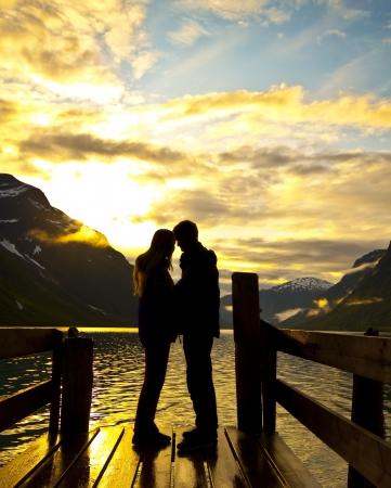 pareja abrazada: silueta de los amantes Foto de archivo