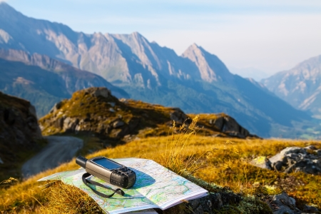 topografia: Navegador GPS y el mapa en Alpes fondo de la monta�a Foto de archivo