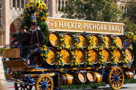 procession: MUNICH - 21 de septiembre de apertura de la Oktoberfest 21 de septiembre 2013 en Munich, Alemania Carro del caballo participa en Oktoberfest solemne procesi�n