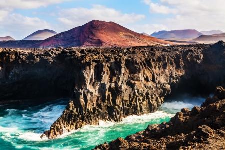lanzarote: Los Hervideros, kustlijn in Lanzarote met golven en de vulkaan