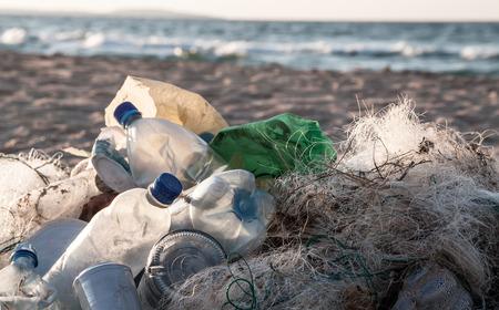 contaminacion ambiental: Las botellas de plástico de la contaminación de la playa y otra basura en el mar playa Foto de archivo