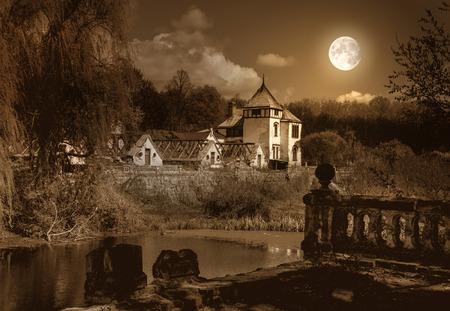 castillos: Diseño de Halloween con la vieja casa embrujada y el parque