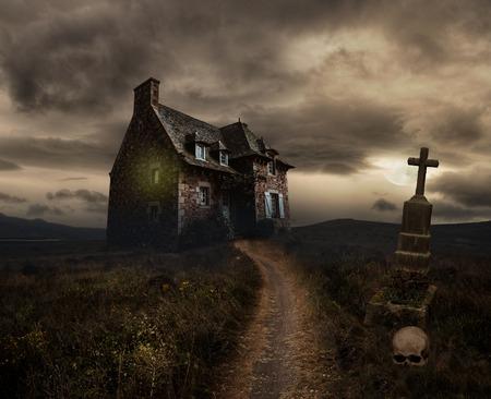 Paysage apocalyptique Halloween avec maison ancienne, crâne et grave Banque d'images - 44290653