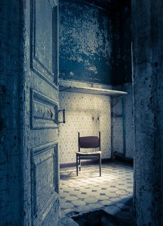 puertas antiguas: Sitio abandonado en una casa antigua en mal estado