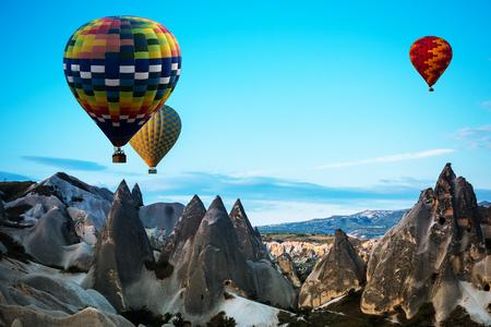 mosca: Globos aerostáticos sobrevuelan Capadocia es conocida en todo el mundo como uno de los mejores lugares para volar con globos de aire caliente, Goreme, Capadocia, Turquía.
