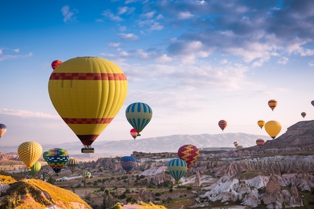 volar: Globos aerostáticos sobrevuelan Capadocia es conocida en todo el mundo como uno de los mejores lugares para volar con globos de aire caliente, Goreme, Capadocia, Turquía.