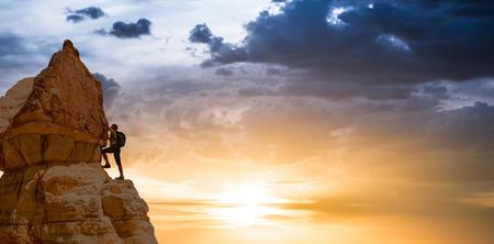 silhouet van succesvolle klimmen vrouw in de bergen Concept van het concept van de beweging motivatie inspiratie bij mooie zonsondergang