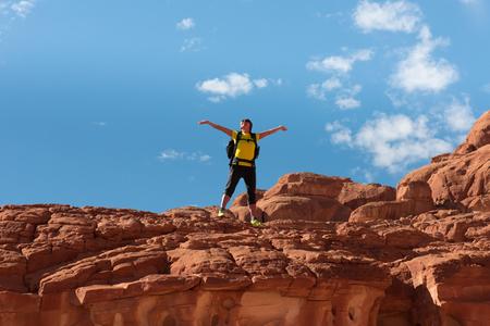 monte sinai: Caminante montaña de la mujer con la mochila disfrutar de la vista en el desierto de Sinaí Foto de archivo