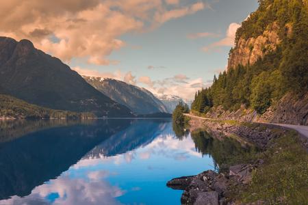 De zomer Hardanger Fjord dichtbij het landschap van Trolltunga, Noorwegen