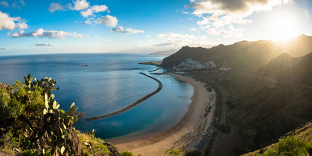 Panoramic view of beach las Teresitas with yellow sand. Location: Santa Cruz de Tenerife, Tenerife, Canary Islands. 版權商用圖片 - 95241903
