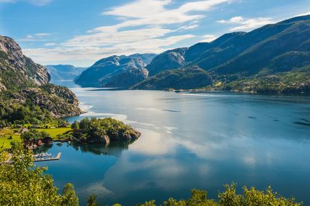 夏のノルウェーのフィヨルドと山々。リセフィヨルド(ノルウェー)