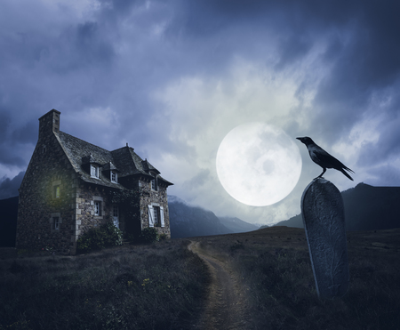 Apocalyptic Halloween scenery with old house, grave and raven Imagens