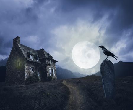 Escenario apocalíptico de Halloween con casa antigua, tumba y cuervo.