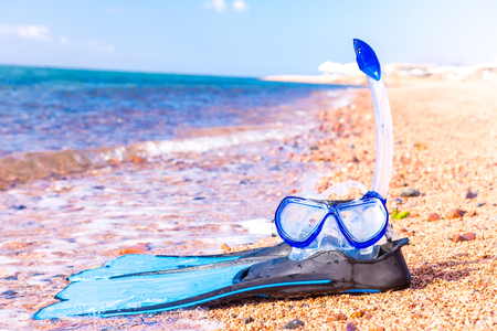 Mask and flippers. Snorkelling equipment and blue tropical resort sea Stockfoto