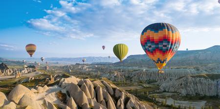 grande attrazione turistica del volo in mongolfiera della Cappadocia. La Cappadocia è uno dei posti migliori per volare in mongolfiera. Goreme, Cappadocia, Turchia.